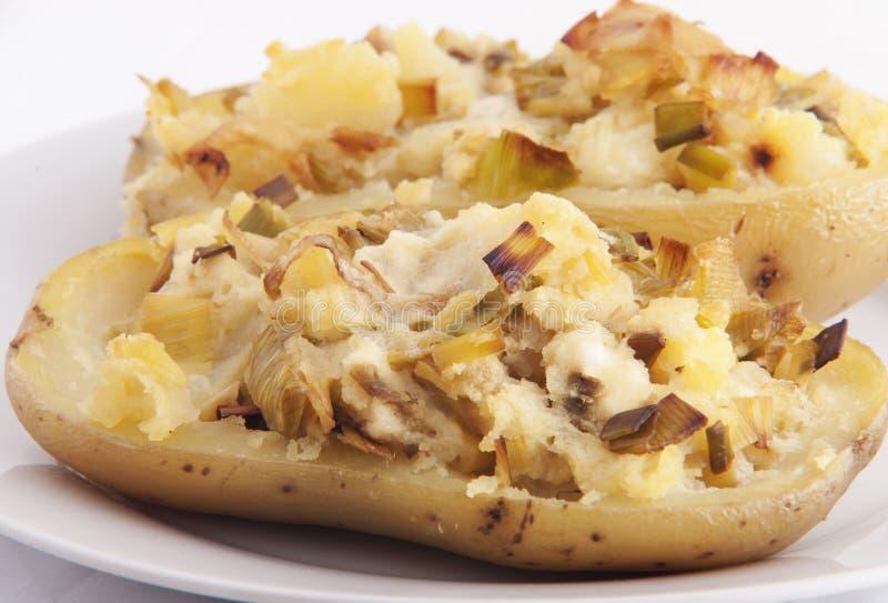 Pomme de terre cuite au four bourrée du poireau et du fromage photos libres de droits