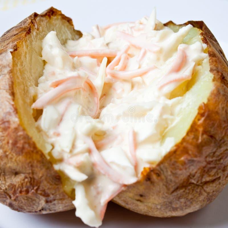 Pomme de terre cuite au four chaude et croustillante images stock