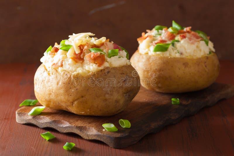 Pomme de terre cuite au four dans la veste avec le lard et le fromage photos stock