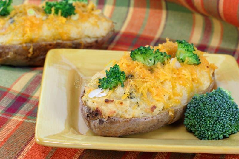 Pomme de terre cuite au four par broccoli de cheddar photos stock