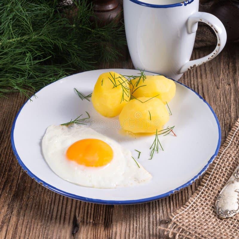 Pomme de terre d'aneth avec le babeurre photos stock