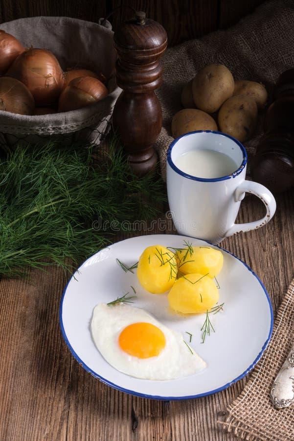 Pomme de terre d'aneth avec le babeurre photographie stock