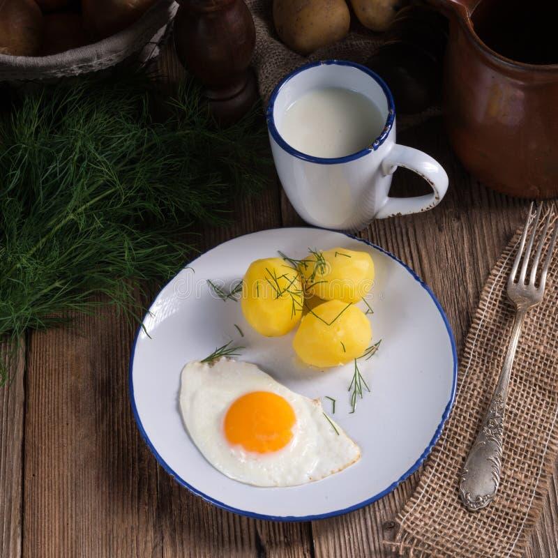 Pomme de terre d'aneth avec le babeurre photographie stock libre de droits