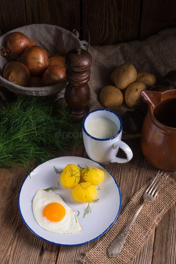 Pomme de terre d'aneth avec le babeurre images libres de droits
