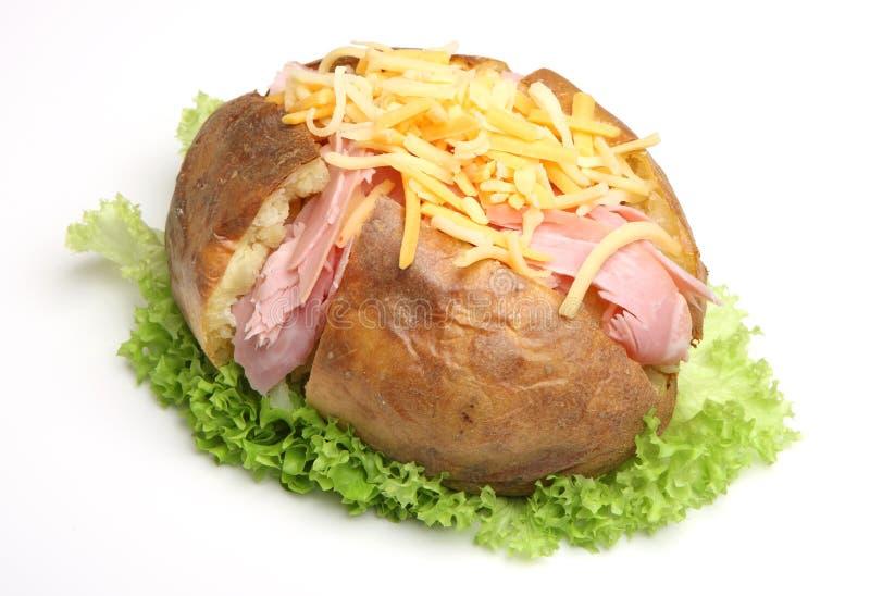 Pomme de terre en robe de chambre avec du jambon et le fromage photos libres de droits