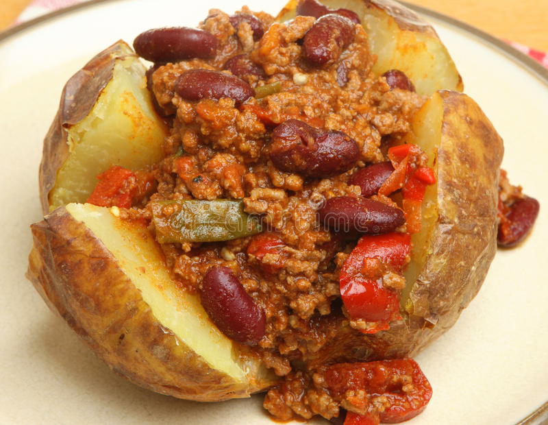 Pomme de terre en robe de chambre avec le remplissage de bœuf haché aux piments et haricots rouges photographie stock libre de droits