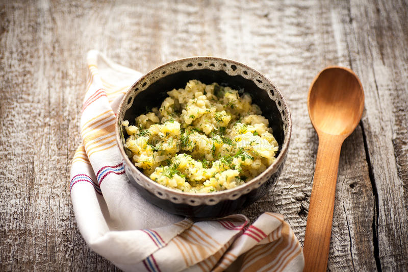 Pomme de terre et aneth de salade image stock