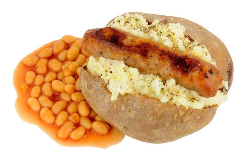 Pomme de terre et saucisse cuites au four avec les haricots cuits au four images stock