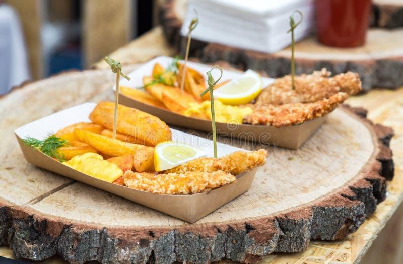 Pomme de terre et viande frites de poulet avec la tranche de citron photographie stock