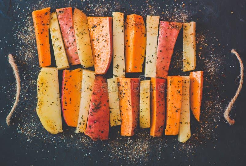 Pomme de terre, patate douce et espèces photos libres de droits