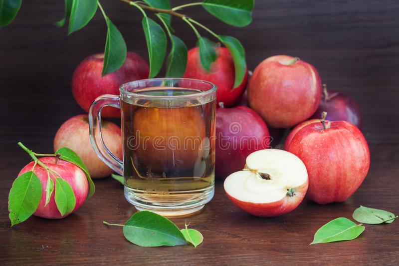Pomme et jus rouges ou photo stock