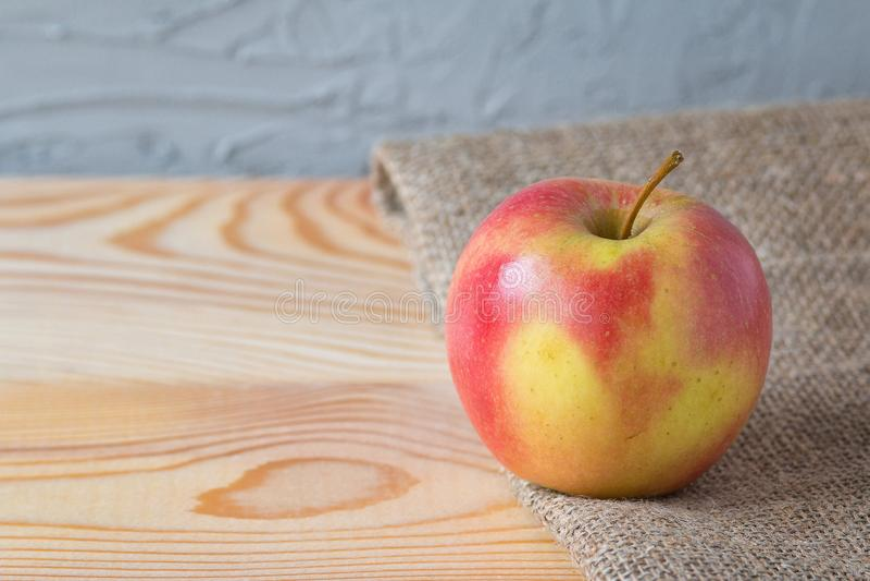 Pomme fraîche sur une table en bois photos libres de droits
