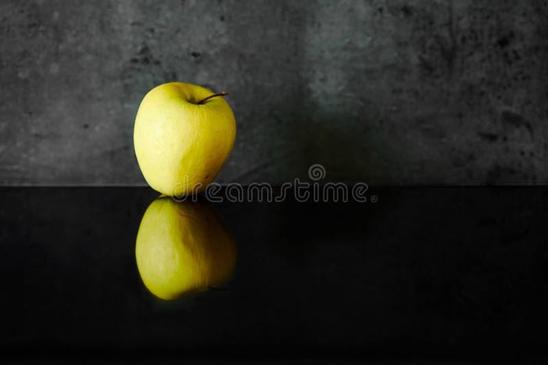 Pomme jaune avec la réflexion images stock