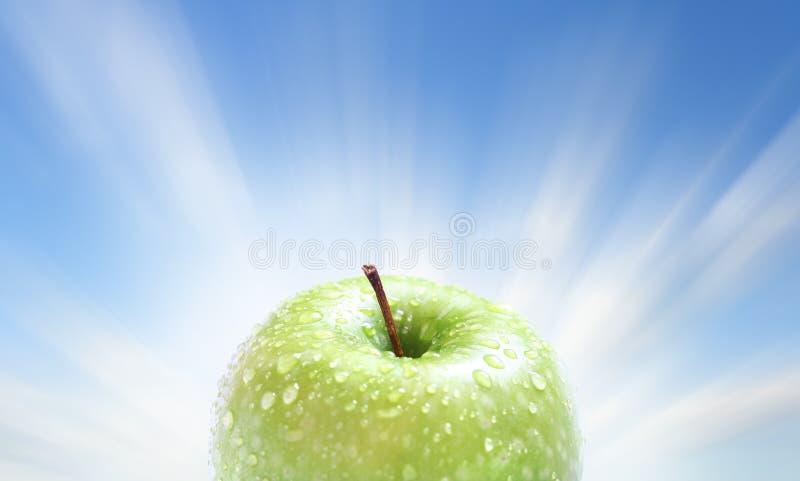 Pomme juteuse sur le bleu images stock