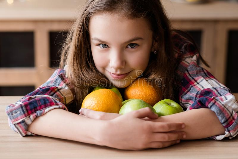 Pomme orange organique de fruit de casse-croûte de régime sain d'enfant photographie stock libre de droits
