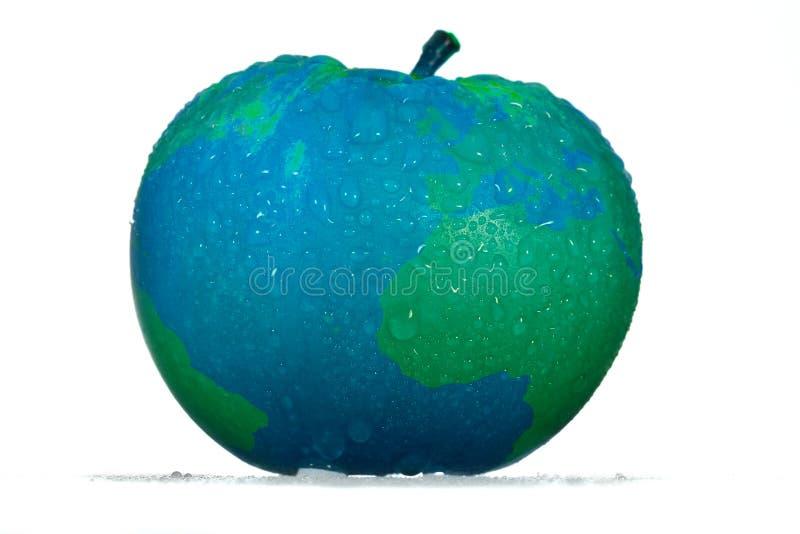 Pomme qui respecte l'environnement conceptuelle avec des baisses dans une couleur bleue de concepteur avec les continents verts d photo libre de droits