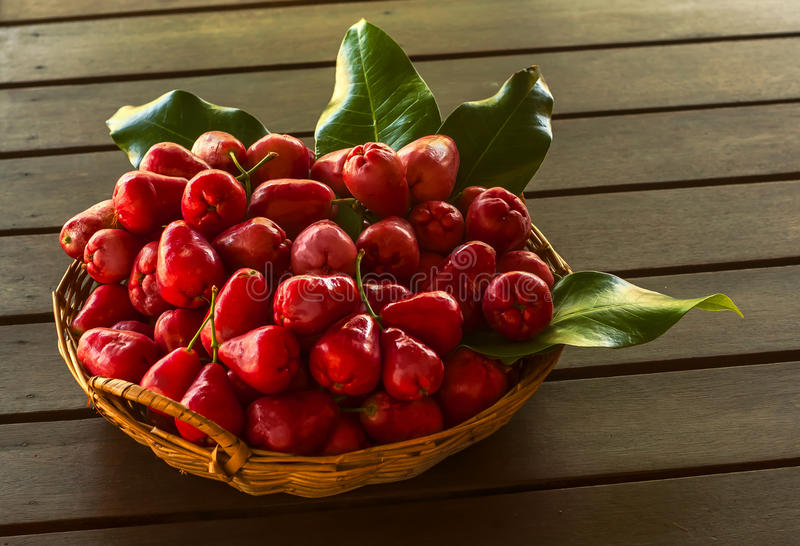 Pomme rose rouge dans le panier photographie stock