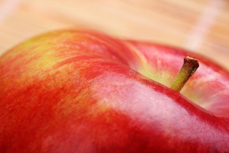 Pomme rouge attrayante images libres de droits