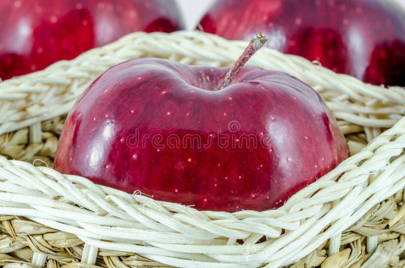Pomme rouge en gros plan dans le panier photo libre de droits