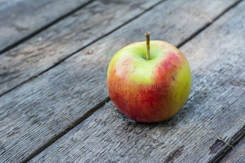 Pomme rouge et jaune mûre sur la table en bois Apple dans le jardin Concept végétarien D'automne de récolte toujours nourriture d photo libre de droits