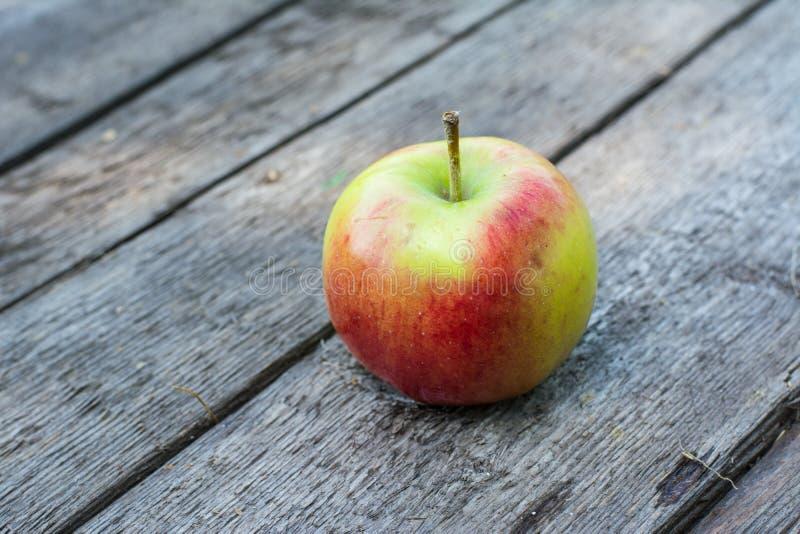 Pomme rouge et jaune mûre sur la table en bois Apple dans le jardin Concept végétarien D'automne de récolte toujours nourriture d photographie stock