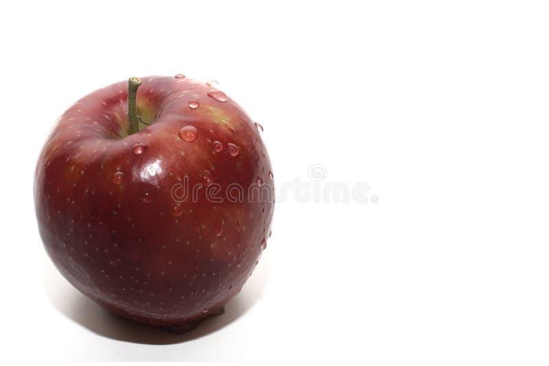 Pomme rouge juteuse d'isolement par plan rapproché photos stock