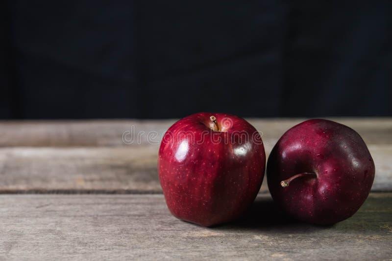 Pomme rouge sur la table en bois sur le fond foncé photos libres de droits