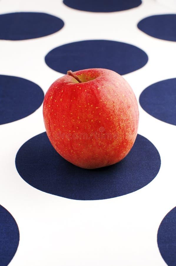 Pomme rouge sur le tissu de table bleu et blanc photos libres de droits