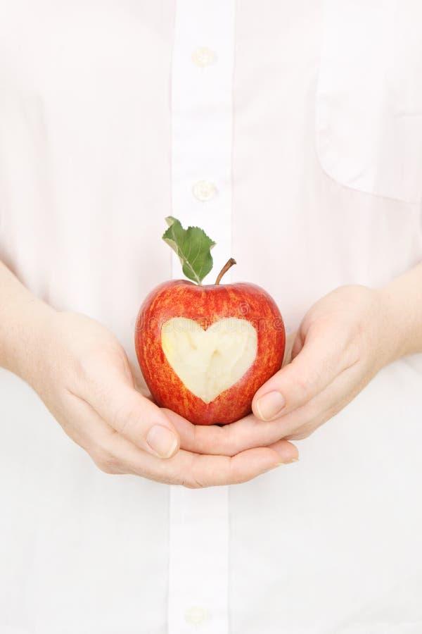 Pomme saine de coeur image stock