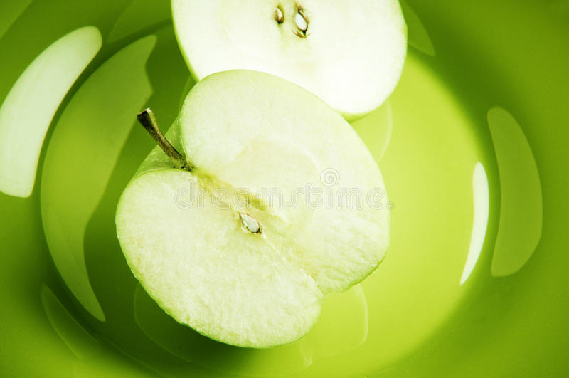 Pomme verte coupée en tranches photos libres de droits