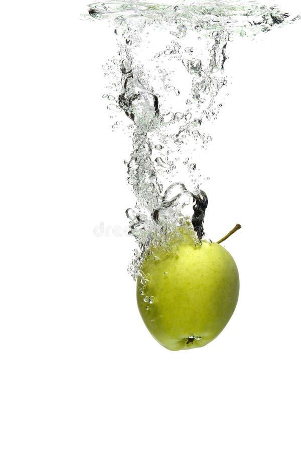 Pomme verte dans l'eau photographie stock