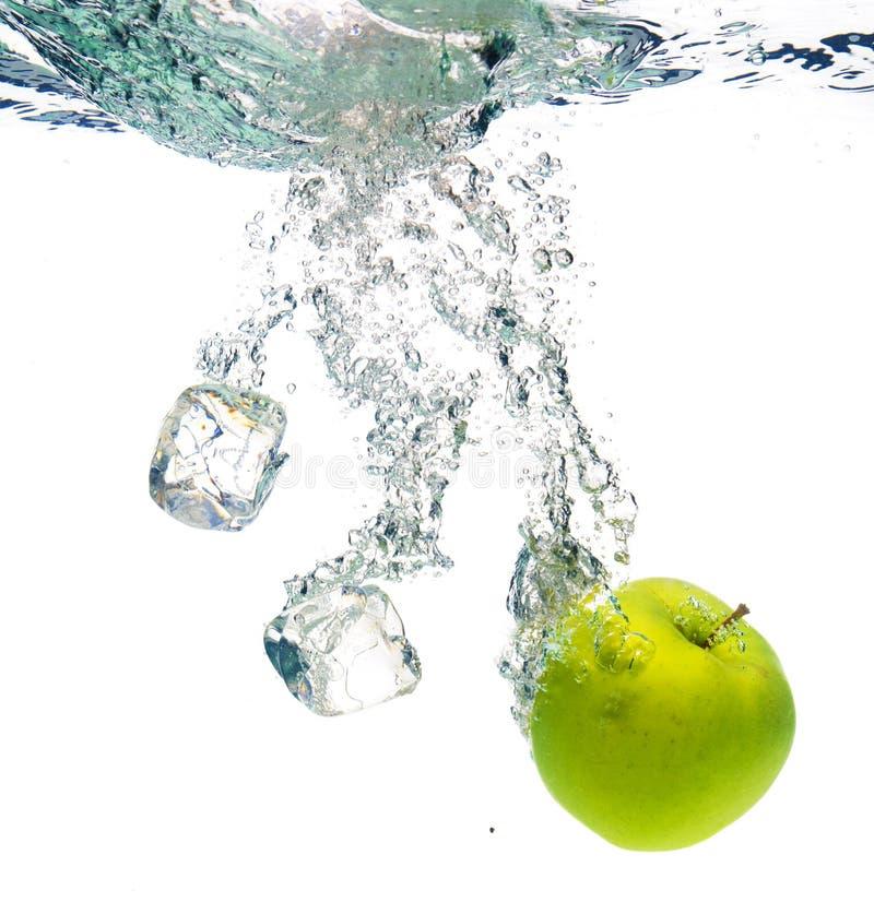 Pomme verte dans l'eau photographie stock libre de droits