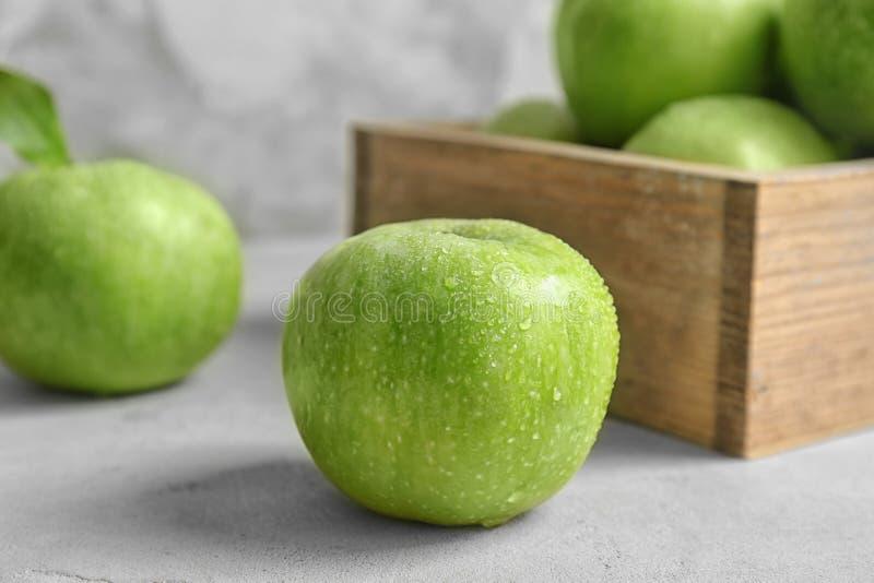 Pomme verte fraîche avec des baisses de l'eau images stock