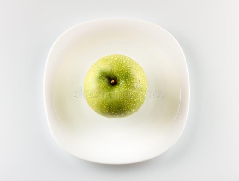 Pomme verte sur le paraboloïde blanc photographie stock