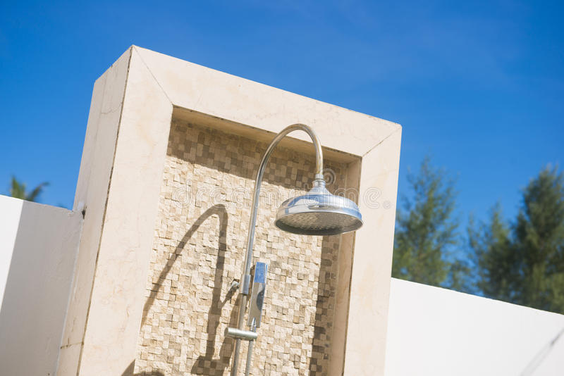 pommeau de douche ext rieur avec le mur de briques photo stock image 63760732. Black Bedroom Furniture Sets. Home Design Ideas