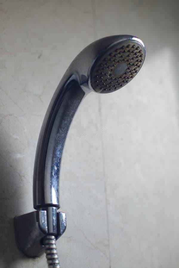 Pommeau de douche utilisé image libre de droits
