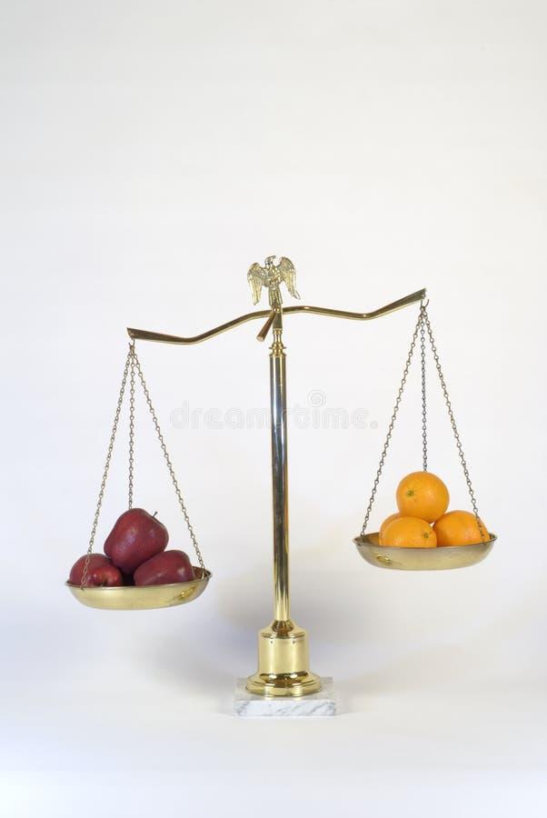 Pommes aux oranges image libre de droits