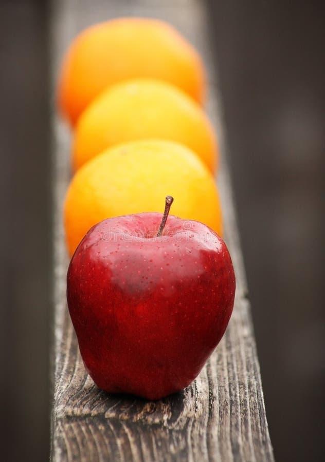 Pommes aux oranges photos stock
