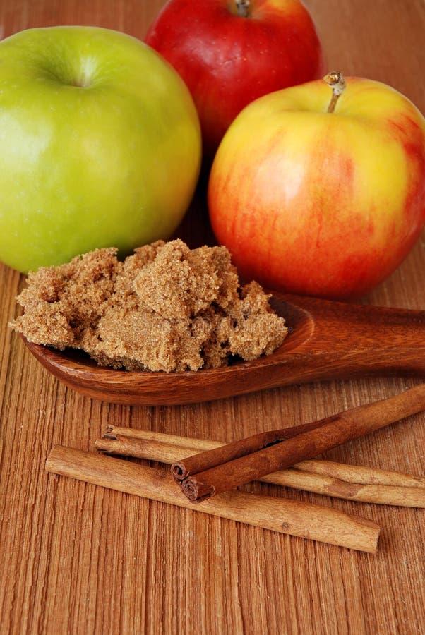 Pommes avec du sucre et des épices photo libre de droits