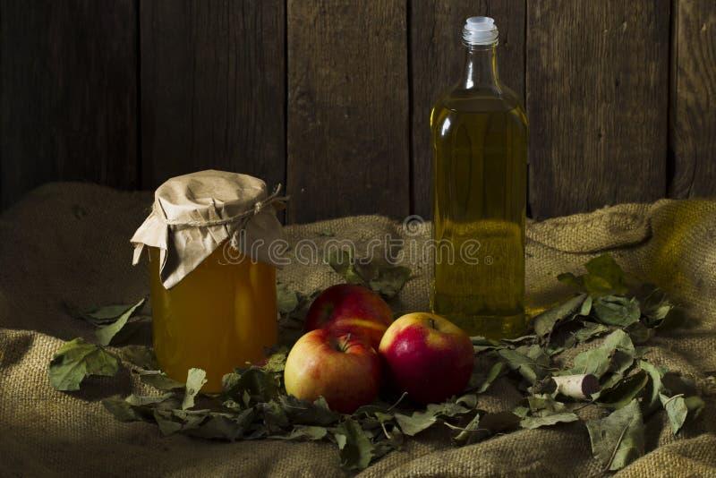 Pommes avec un pot de miel et d'une bouteille d'huile d'olive images libres de droits