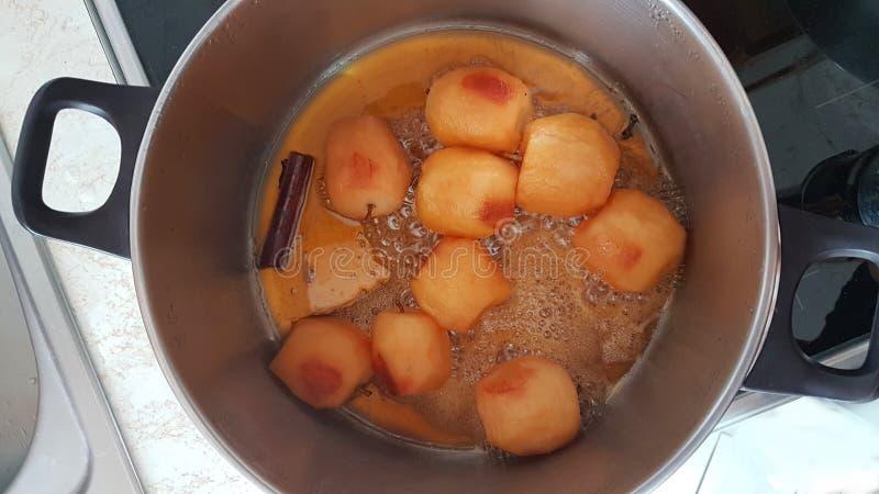 Pommes bouillant avec la cuisson faite maison de sucre photos stock