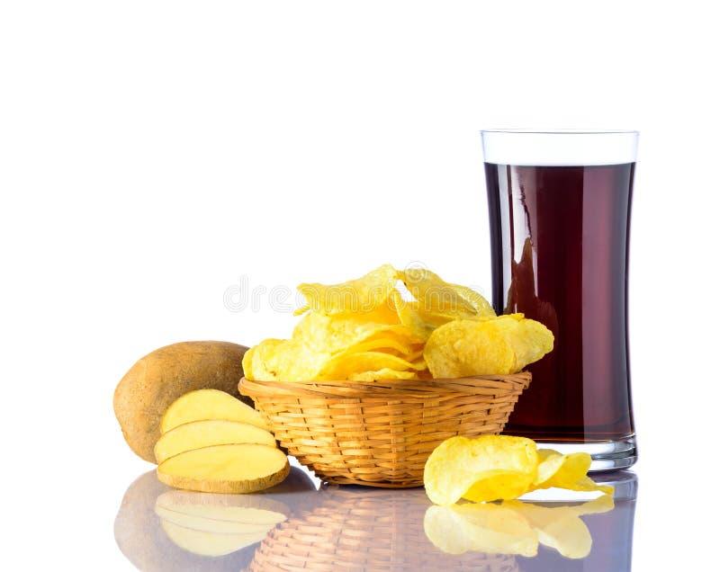 Pommes chips avec le kola sur le blanc images stock
