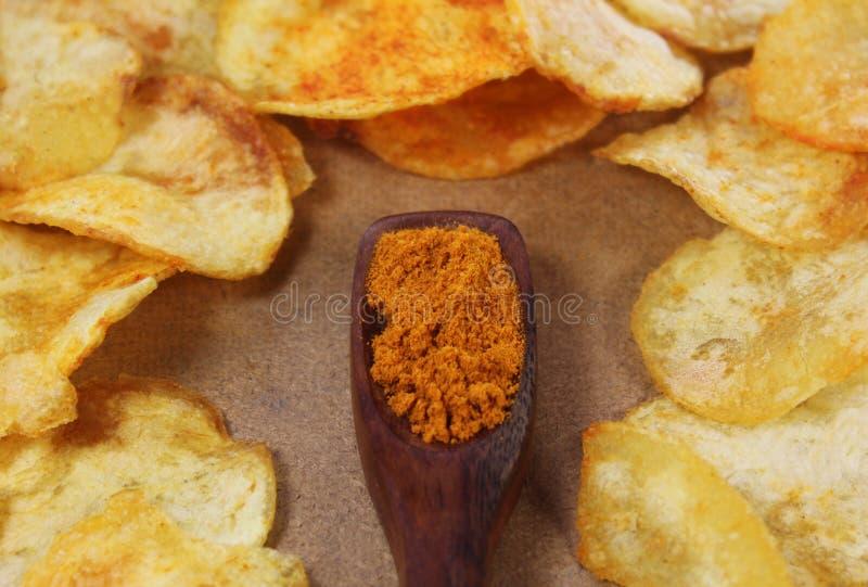 Pommes chips avec le poivre images stock