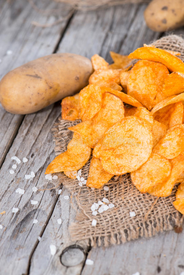 Pommes chips avec Paprika Powder photos stock