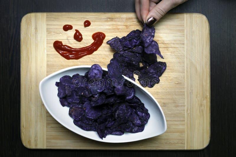 Pommes chips bleues avec le ketchup photo libre de droits