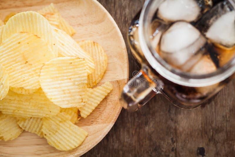 Pommes chips croustillantes avec le kola glacé photo stock