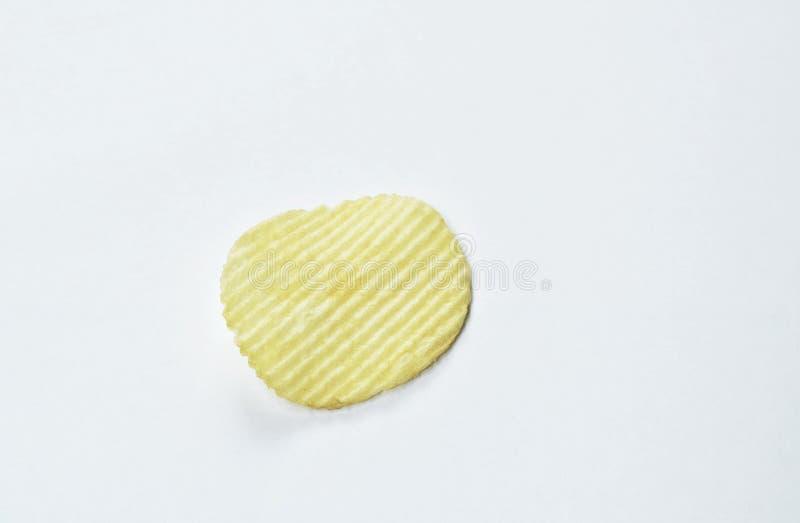 Pommes chips croustillantes de sel sur le fond blanc image libre de droits