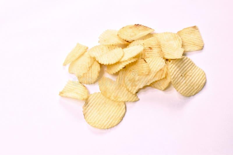 Pommes chips croustillantes de sel sur le fond blanc photos libres de droits