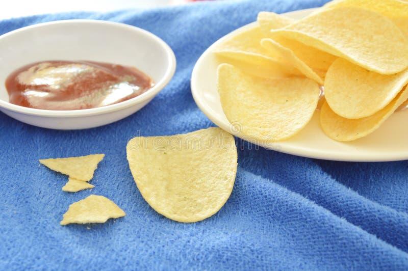 Pommes chips croustillantes et de sel sur le plat plongeant avec le ketchup photographie stock