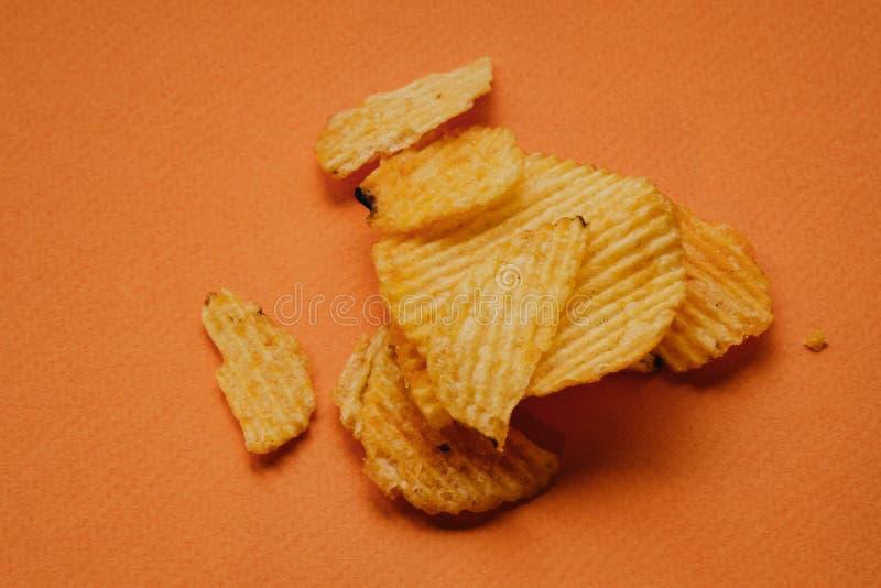 pommes chips croustillantes sur le fond orange Puces de Nachos photos stock